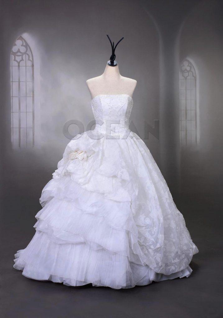 大量入荷したウェディングドレスの1枚